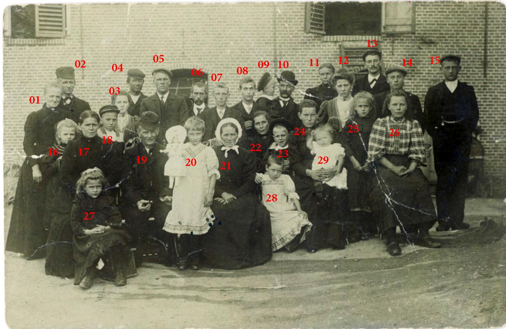 familie-bastiaan-van-dam-areke-streefkerk-25-jaar-getrouwd-anno-1908-genummerd